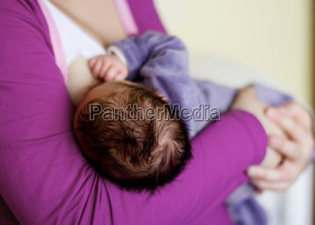 fuetterung neugeborenen baby