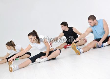 gruppe der jungen leute in fitness
