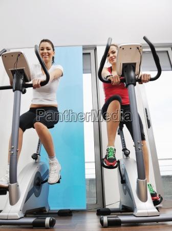 womanworkout im fitness club auf laufstrecke