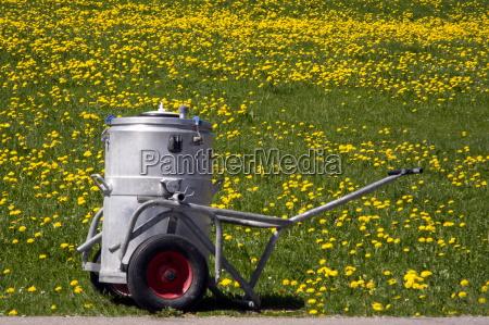 am wegesrand milchtransportbehaelter
