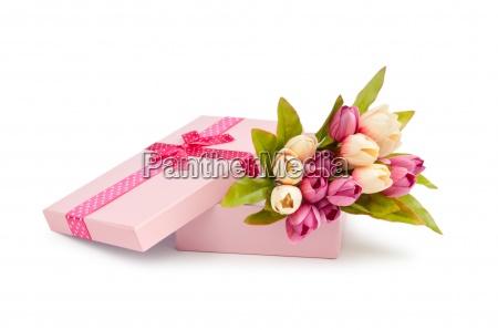 geschenkbox und tulpen isoliert auf weiss
