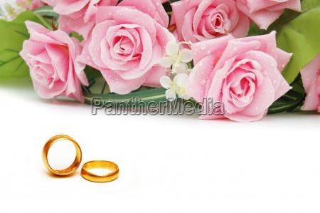 hochzeitskonzept mit rosen und ringen