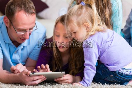 familie spielt mit dem tablet computer