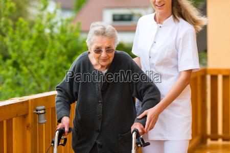 alter und pflege pflegerin und