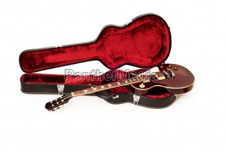 gitarre im geoeffneten fall isoliert auf