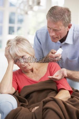 senior mann nach kranken frau suchen
