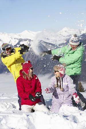 teenager familie die schneeballschlacht in den