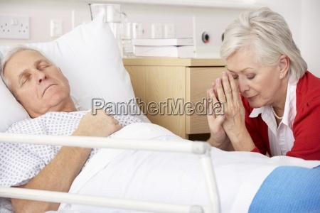 aeltere frau mit schwer kranken mann