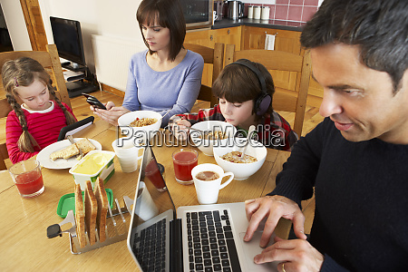familie unter verwendung des gadgets waehrend