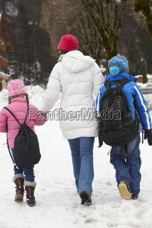mutter walking zwei kinder in die
