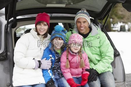 im, kofferraum, auto, tragende, winter-kleidung, sitzen - 7480691