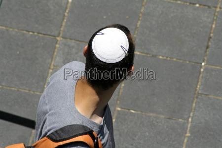 mann mit juedischen kippa jerusalem israel