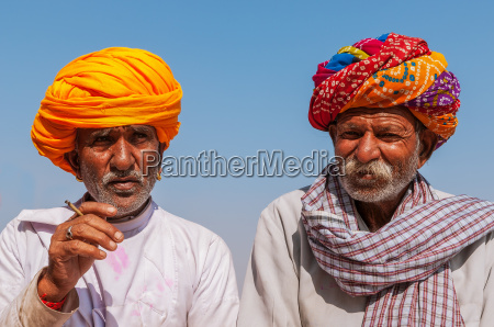 zwei alte inder mit bunten turban