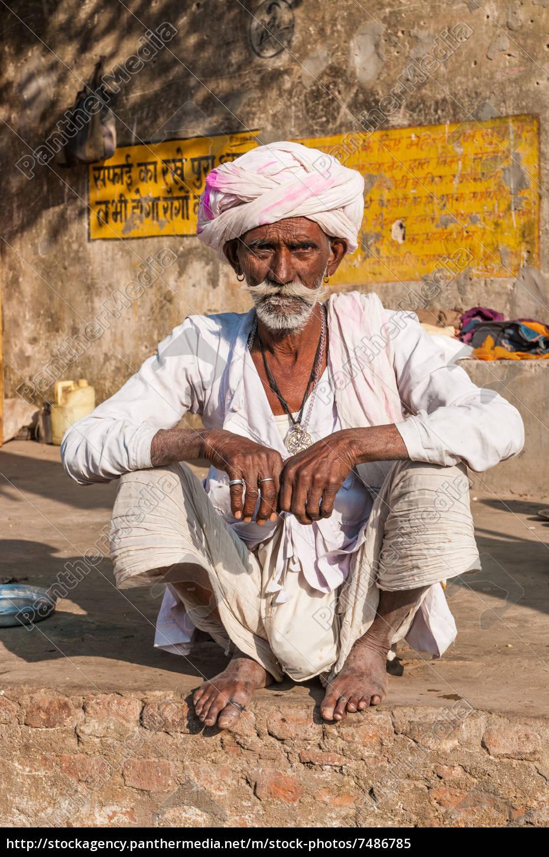 ein, alter, sitzender, indischer, mann, mit - 7486785