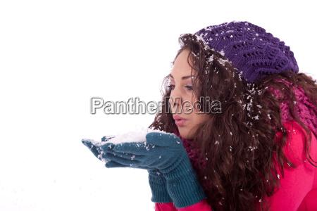 junge lachende dunkelhaarige frau im winter