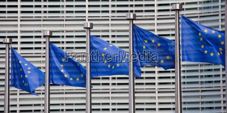 europaeische flaggen vor dem sitz der