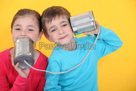 kinder die einen telefonanruf mit blechdosen