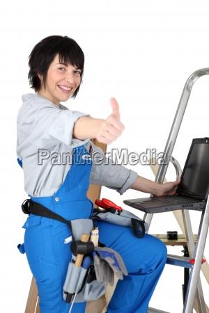 frau gestikulieren handbewegung blau laptop notebook
