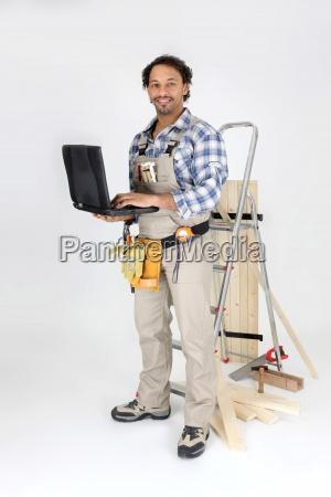carpenter stand leiter mit laptop