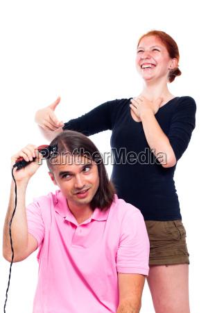 mann rasiert seine haare und frau