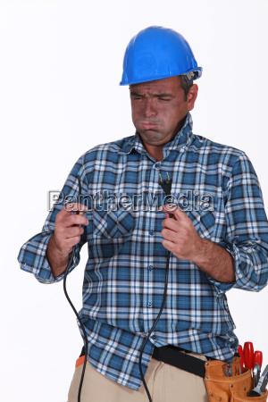 ungeuebter elektriker der einen schock erhaelt