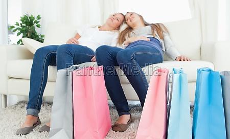 ein schwesternpaar erschoepft nach dem einkaufen