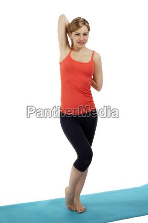 huebsche sportlerin beim stretchen