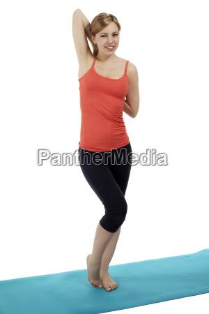 junge sportlerin auf einer fitness matte