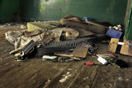 schmutzig dreckig betagt matratze aufgelassen sitzengelassen