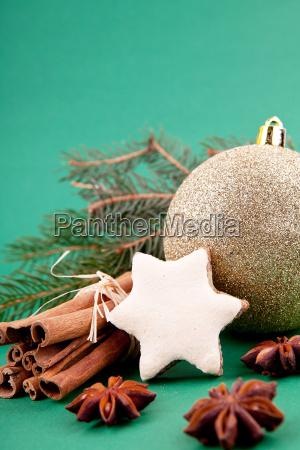 festliche weihnachtsdekoration mit zimt anis nuessen