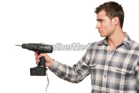 mann mit akkuschrauber