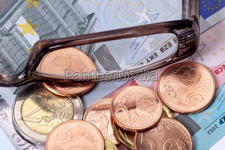 euromuenzen und geldscheine
