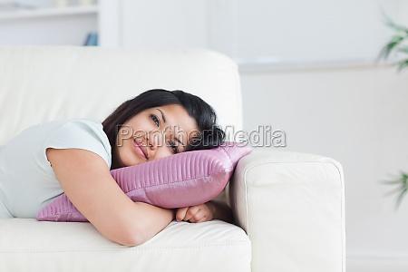 frau entspannt auf einem sofa waehrend