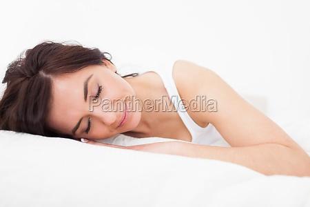 brunette frau beim einschlafen in ihrem