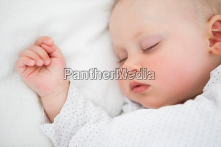 ruhige baby liegen auf einem bett