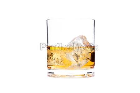 glas whisky vor einem weissen hintergrund