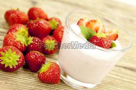 frischer erdbeer joghurt shake mit erdbeeren