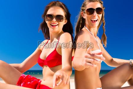 frauen geniessen die freiheit am strand