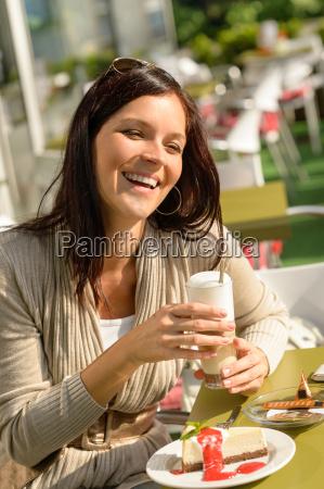 frau in cafe bar mit latte