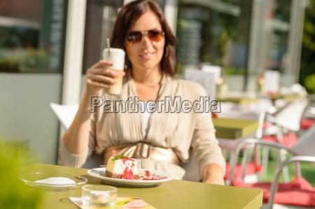 frau trinkt latte in cafe bar