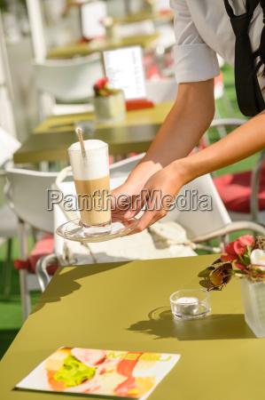 kellnerinhaende schliessen lattekaffee dienend