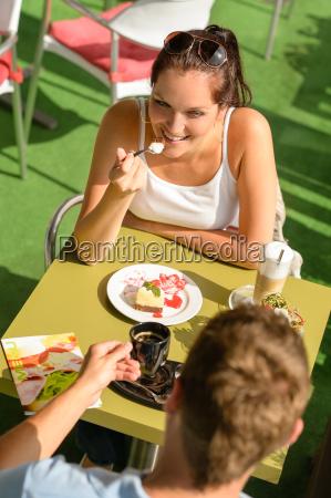 paare geniessen kaffee dessert restaurantterrasse
