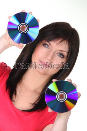 frau haelt cds auf weissem hintergrund