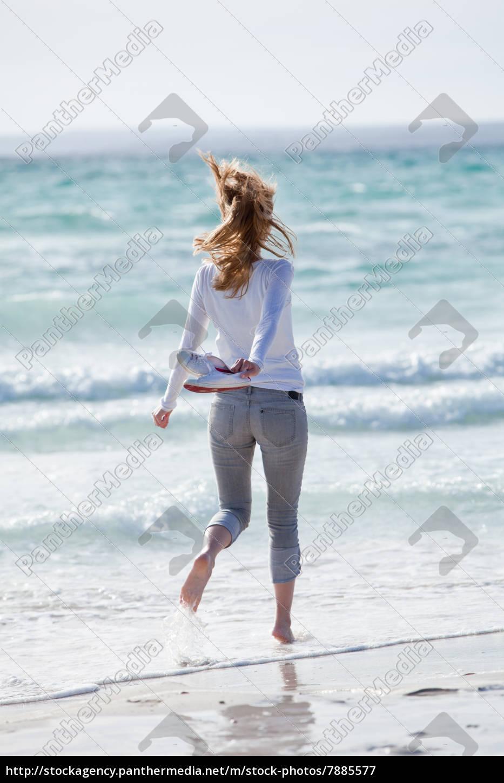 junge h bsche frau spaziert am strand im sand im lizenzfreies bild 7885577 bildagentur. Black Bedroom Furniture Sets. Home Design Ideas