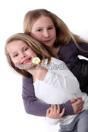 zwei schwestern umarmen