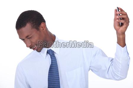 aufgeregt schwarzer mann zuckte zusammen und