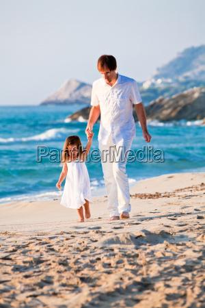 froehlicher familien vater mit kleiner tochter