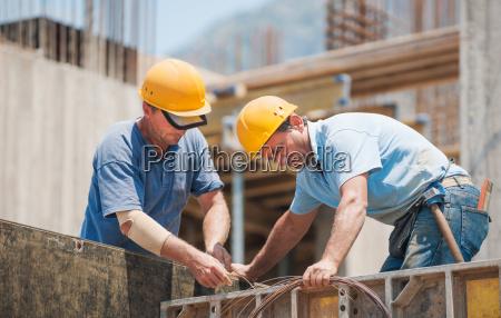 bauarbeiter die an den zementschalungsrahmen arbeiten