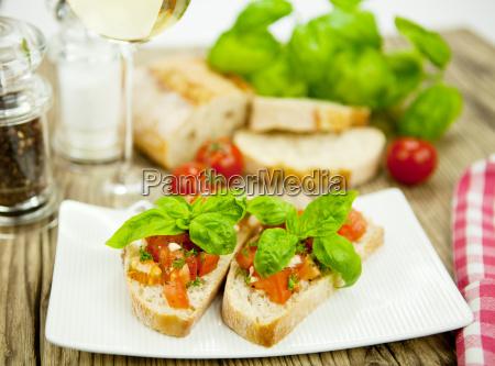 frische italienische bruschetta mit tomaten und