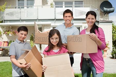 junge familie in neues haus verschiebung